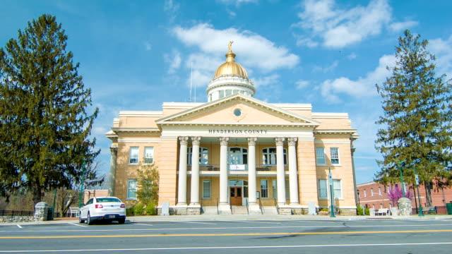 Historische Gerichtsgebäude auf der Main Street in der Innenstadt von Hendersonville, NC – Video