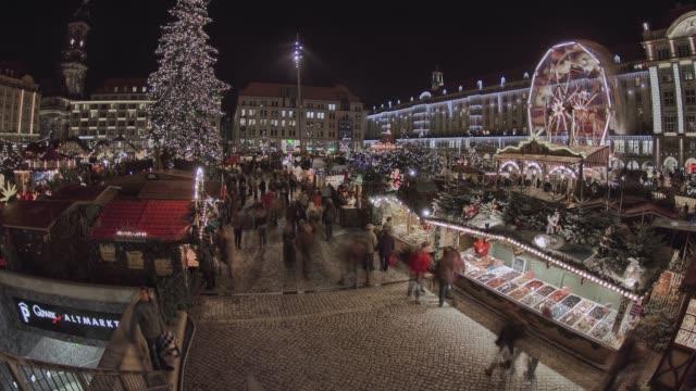 historische deutsche weihnachten markt striezelmarkt dresden 4k - weihnachtsmarkt stock-videos und b-roll-filmmaterial