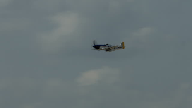 vídeos de stock, filmes e b-roll de histórico p-51 mustang bancos e voa passado - mustang