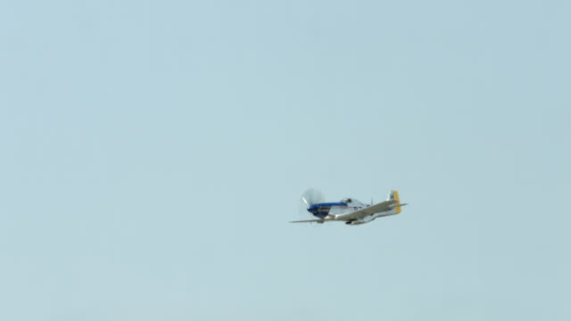 vídeos de stock, filmes e b-roll de histórico p-51 mustang lutador avião voando, passando por 24p - mustang