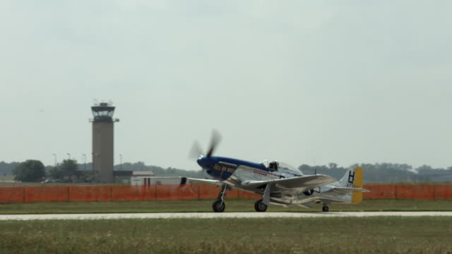 storico p-51 mustang fighter rullaggio in campo d'aviazione - mustang video stock e b–roll