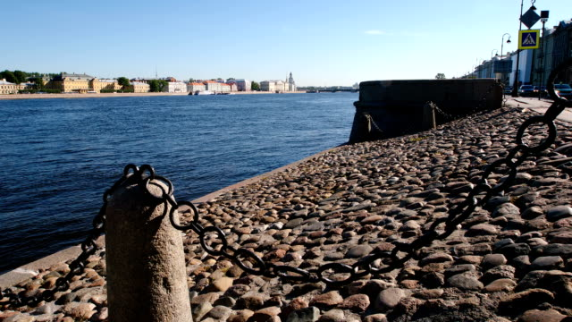 夏 - サンクトペテルブルク、ロシアにネヴァ川の歴史的な石の堤防 - 土手点の映像素材/bロール