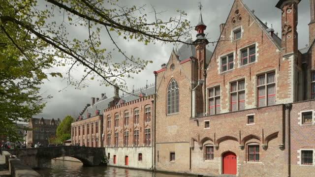 edificio storico e case della città di bruges ( o brugge ), belgio - bruges video stock e b–roll