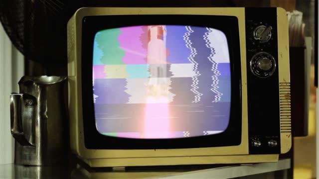 vidéos et rushes de 1969. images historiques du lancement d'apollo 11 de la nasa sur un old retro tv. - image teintée