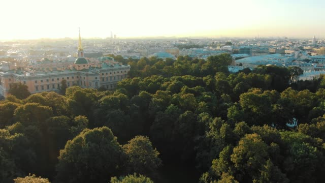 historical palace surrounded by green park at sunrise - vídeo