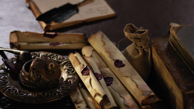 歴史的な海賊もの遅いカメラの回転の古い木製のテーブルの上 - 骨董品点の映像素材/bロール