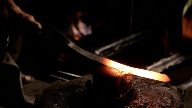 鋼鉄植物でアンティークのプロセスによって鋼のナイフをヒットします。タイ。 - 尖っている点の映像素材/bロール