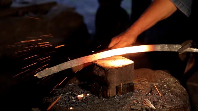 在鋼鐵廠的古董工藝擊中一把鋼刀。泰國。 - sword 個影片檔及 b 捲影像