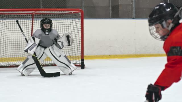 hokej goaltending błąd - łyżwa filmów i materiałów b-roll