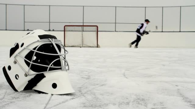 hockey-spieler schießt puck - trefferversuch stock-videos und b-roll-filmmaterial