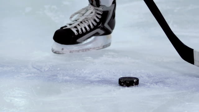 hockey-spieler skates - hockey stock-videos und b-roll-filmmaterial