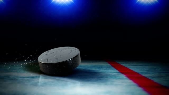 puck spin auf eis - hockey stock-videos und b-roll-filmmaterial