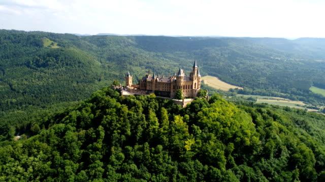 vídeos de stock, filmes e b-roll de castelo de hohenzollern-sigmaringen, alemanha. voos de zangão aéreos fpv. - castelo