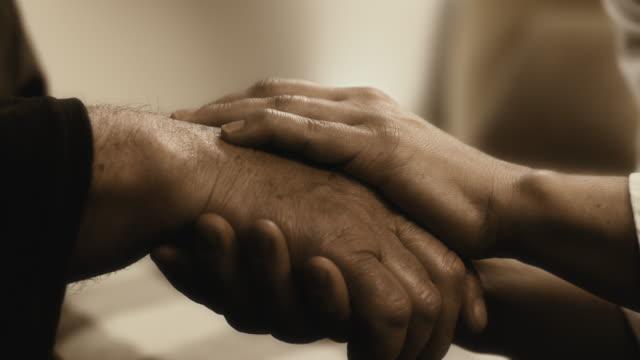 mans manos sosteniendo un senior - vídeo