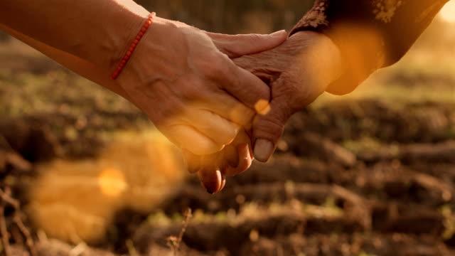 vidéos et rushes de en se tenant les mains - communion