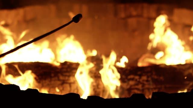 halten von Marshmallows über dem Lagerfeuer – Video