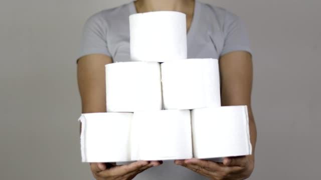 hålla högen av toalettpapper - pyramidform bildbanksvideor och videomaterial från bakom kulisserna
