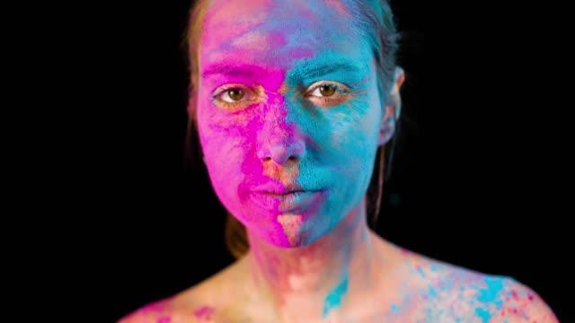 vídeos de stock e filmes b-roll de holi colors on face - holi