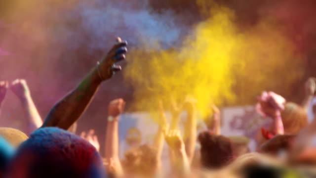 holi-fest, malen glückliche menschen springen, winken hände und warf pulver - musikfestival stock-videos und b-roll-filmmaterial