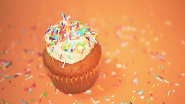 4k-holiday cupcake dekorera - confetti bildbanksvideor och videomaterial från bakom kulisserna