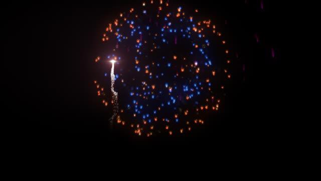 праздничный фейерверк против черного, альфа png - fireworks стоковые видео и кадры b-roll