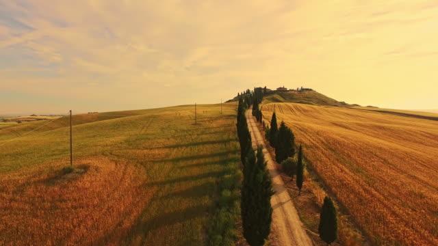 veduta aerea vacanza villa in toscana - paesaggio collinare video stock e b–roll