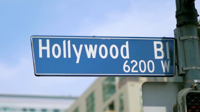 hollywood boulevard gatuskylt och trafikljus i 4k i slow motion 60fps - hollywood sign bildbanksvideor och videomaterial från bakom kulisserna