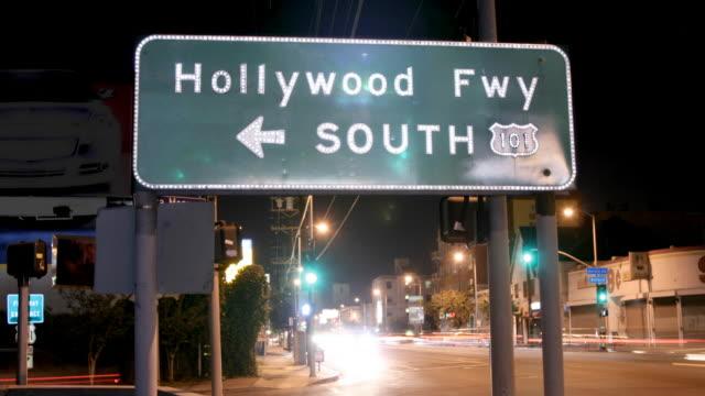 Panneau d'autoroute Hollywood Freeway gros plan du temps qui passe - Vidéo