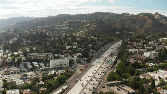 vidéos et rushes de hollywood freeway-antenne drone shot - californie du sud
