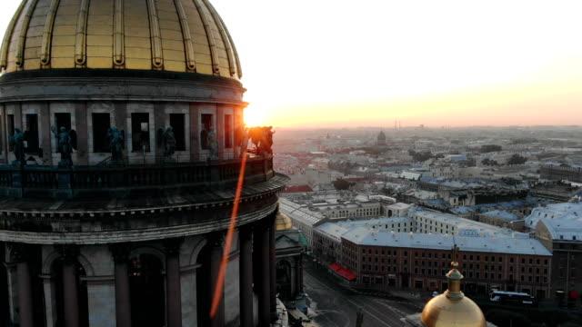 heliga apostlar på pelargången i st isaacs katedral i strålarna av den uppgående solen flygfoto - isakskatedralen bildbanksvideor och videomaterial från bakom kulisserna