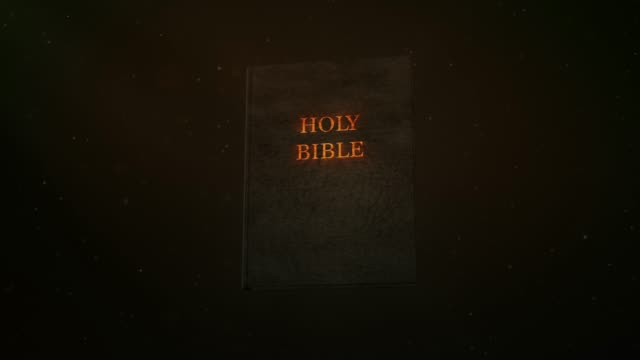 stockvideo's en b-roll-footage met heilige bijbel boeken in licht op zwarte achtergrond - heilig geschrift