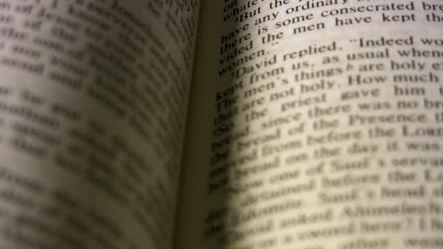 stockvideo's en b-roll-footage met holy bible slow pan in 1080hd. - nieuwe testament