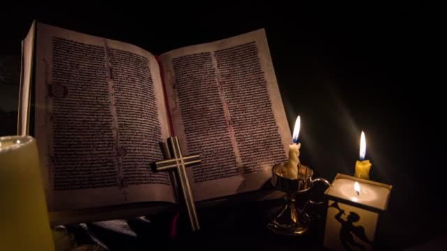 heilige schrift, bibel - lateinische schrift stock-videos und b-roll-filmmaterial