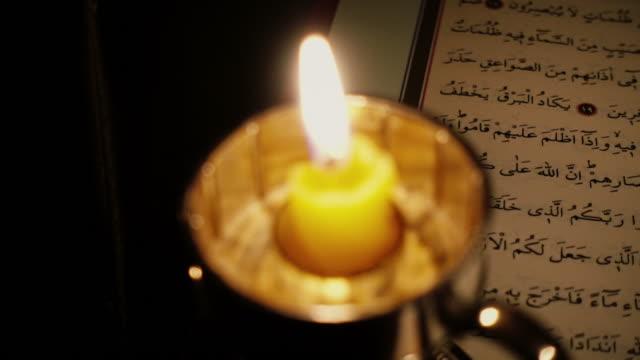 stockvideo's en b-roll-footage met heilig boek: koran - koran