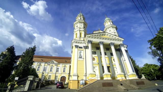 cattedrale cattolica di santa croce greco a uzhhorod, ucraina - transcarpazia video stock e b–roll