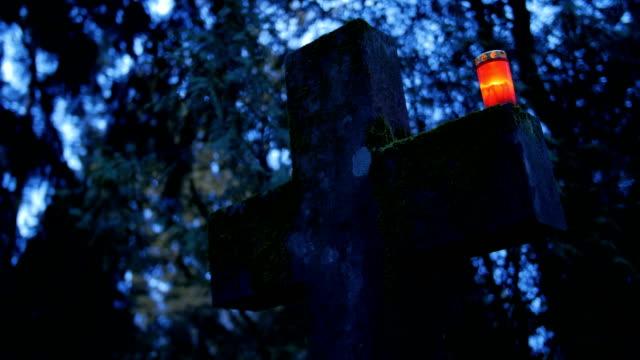 heliga korset med ljus - ljus på grav bildbanksvideor och videomaterial från bakom kulisserna