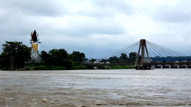 heliga ganges floden, haridwar över molnlandskap, indien - india statue bildbanksvideor och videomaterial från bakom kulisserna