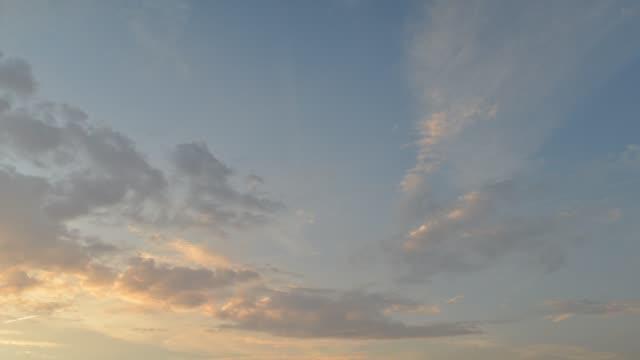 vídeos de stock, filmes e b-roll de santo graal dia de nuvens cirrus ao lapso de tempo de céu de noite. - cirro