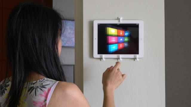 vídeos de stock e filmes b-roll de automação doméstica e tecnologia inteligente do casa - simplicidade