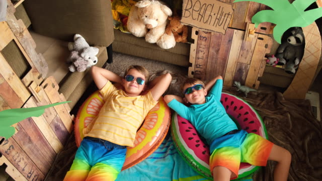 ホーム ビーチ ボーイズ リラックス - 兄弟姉妹点の映像素材/bロール