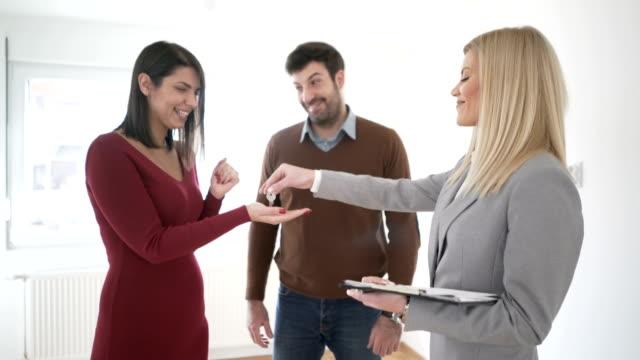 vídeos de stock e filmes b-roll de home buyers - chave