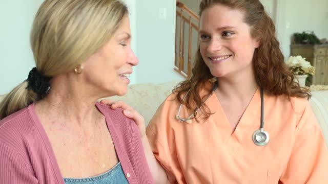 vídeos de stock, filmes e b-roll de caseiro e paciente do sexo feminino - geriatria