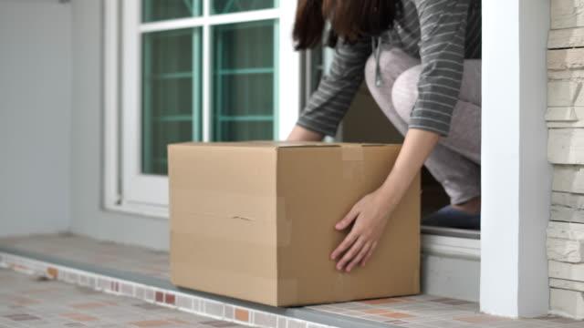 vídeos de stock, filmes e b-roll de pacote de entrega domiciliar na porta - comércio eletrônico