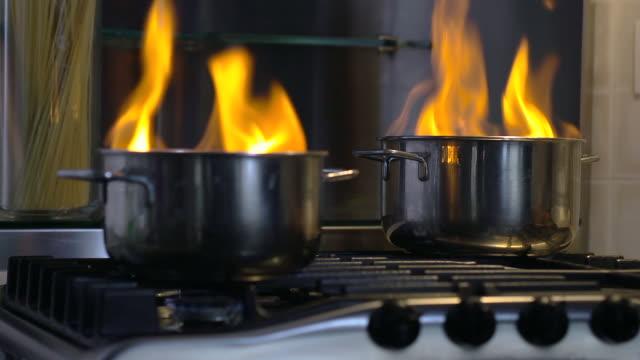 casa disastro: cibo sempre bruciato in pentola - fornello video stock e b–roll