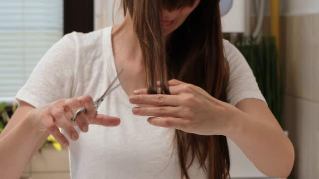 vídeos de stock e filmes b-roll de home haircut - covid hair