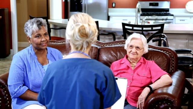 Enfermera profesional de la salud casa evalúa a pacientes adultos mayores en hogar de ancianos. - vídeo