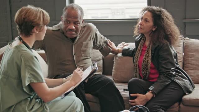 Médico em casa visita casal sênior CU - vídeo