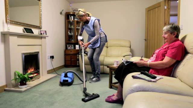 vídeos de stock, filmes e b-roll de casa de ajuda para os idosos - afazeres domésticos