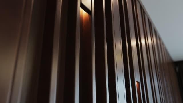 home interieur, moderne lampe in der wohnung. - wohngebäude innenansicht stock-videos und b-roll-filmmaterial