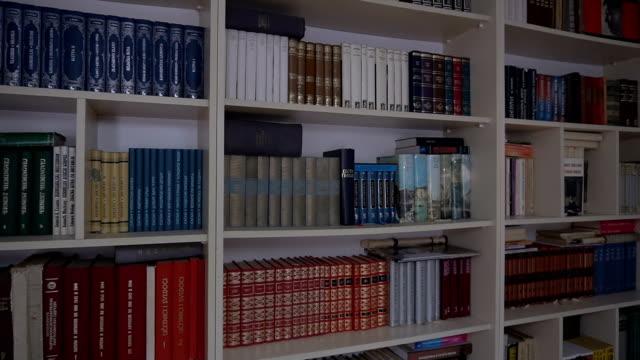 stockvideo's en b-roll-footage met thuisbibliotheek - boekenkast